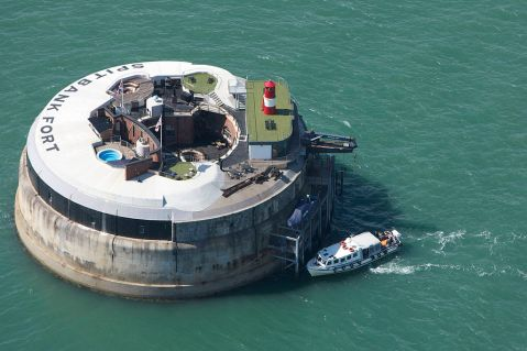 1024px-guests_arriving_at_spitbank_fort